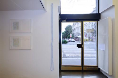 Unbetitelt (Als Stuck getarntes, endloses Seil mit überschlagenem Knie reflektierend), 2020 Hanfseil und diverse Lacke, 208 x 10 cm